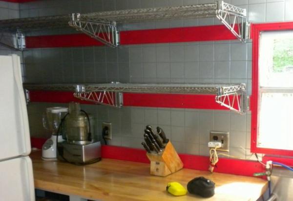 küche mit drahtregalen - rote und graue fliesen