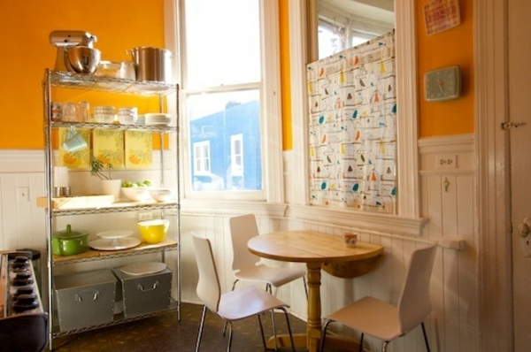 drahtregale in einer orangen küche