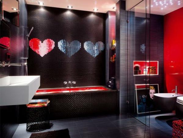 dunkles-badezimmer mit drei herzen an der wand - kreativ ausstatten