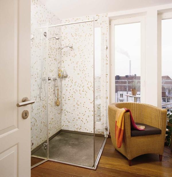 duschkabine im kleinen badezimmer mit einem sessel - fliesen