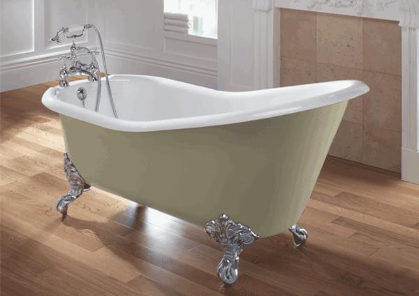 einfache-weiße-freistehende-badewanne- schlichte farbtönung