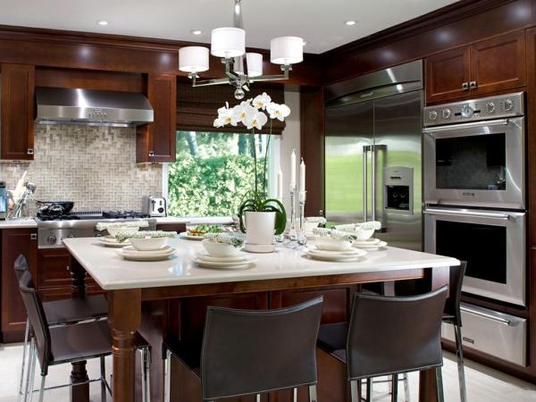 küche mit holzmöbeln gestalten - weißer kronleuchter