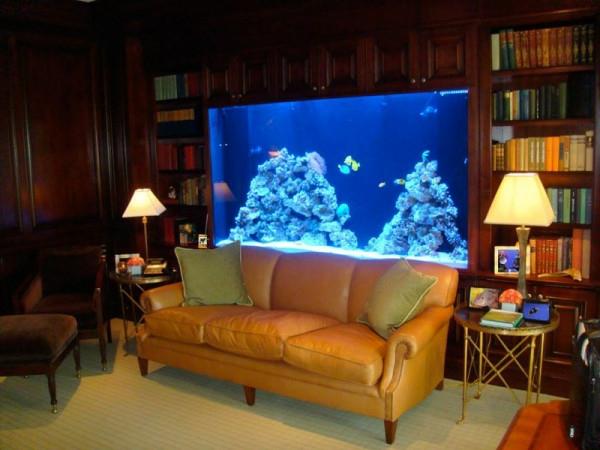 elegantes.wohnzimmer-mit-einem-großen-aquarium-mit-schrank- beleuchtung in blau