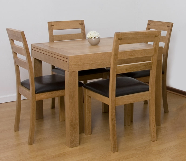 esstisch-massivholz-vier-stühle- quadratische form