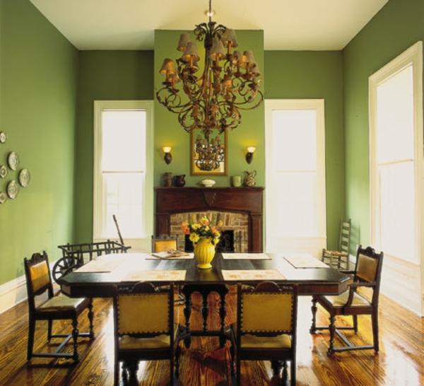 esszimmer-mit-grüner-wandgestaltung - eleganter kronleuchter