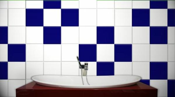 fliesenlack-weiß-und-blau- waschbecken im badezimmer