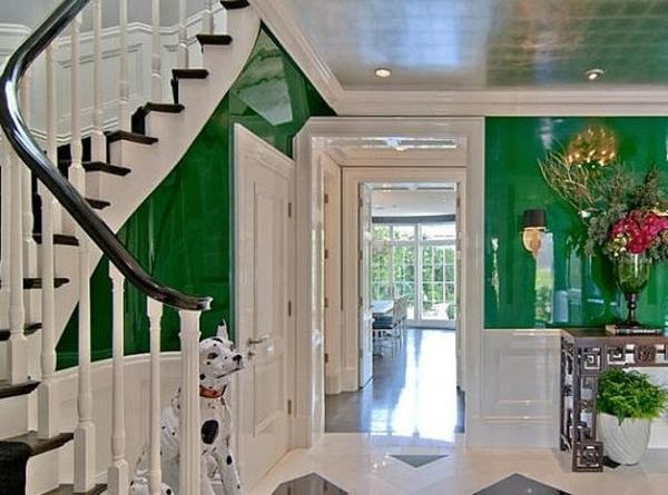 flurgestaltung-in-weiß-und-grün- blumen und treppen