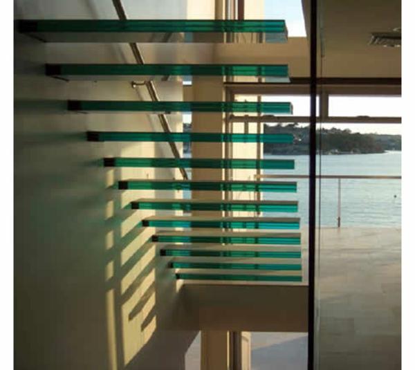 türkis farbe für ein modernes modell von freischwebenden treppen aus glas