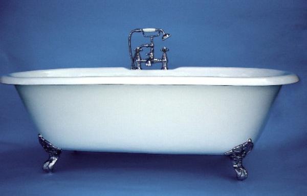 freistehende-badewanne- blauer-hintergrund- weiße farbe für die badewanne