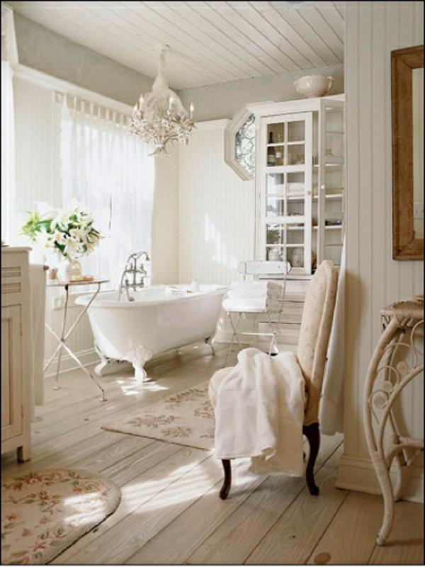 freistehende-badewanne-im-badezimmer-in-weiß- mit blumen dekoration