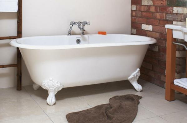 freistehende-badewanne-weiße-farbe- ziegelwand
