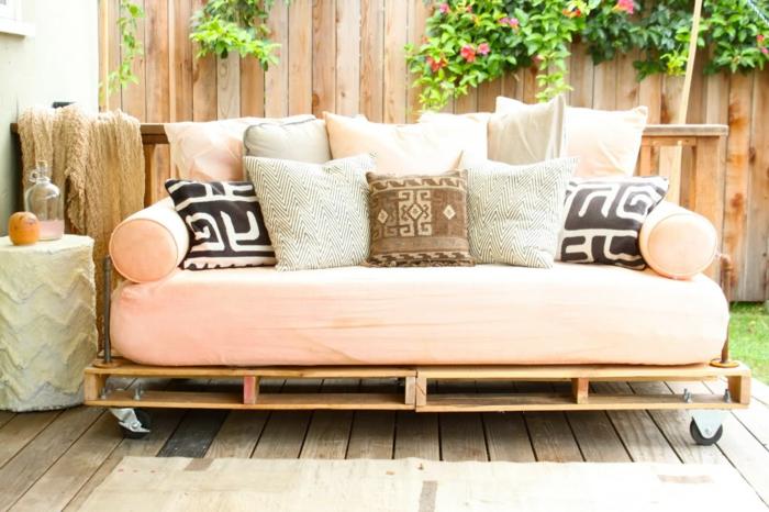 gartenmöbel-paletten-sofa-aus-paletten