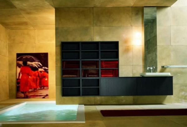 gelbe-rote-farbschemen-im-badezimmer, pool und großes bild an der wand