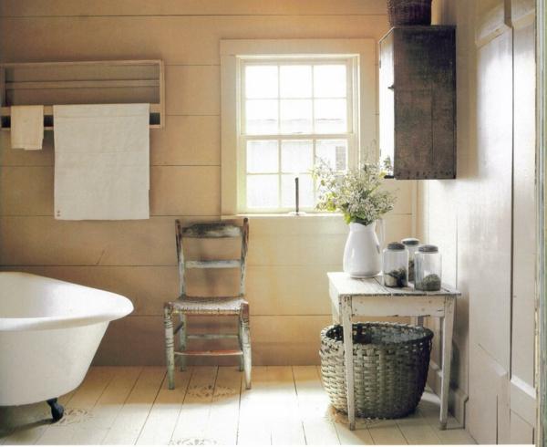 gemütliches-badezimmer-im-landhausstil - holzstuhl und badewanne in weiß