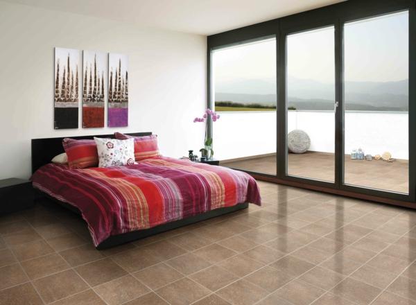 glaswand-und-schönes-bett-im-modernen-schlafzimmer- drei bilder an der wand