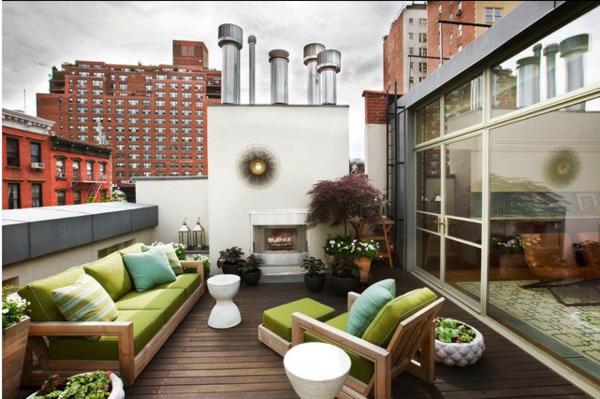 grüne-möbel-auf-einer-modernen-terrasse- mitten in der stadt