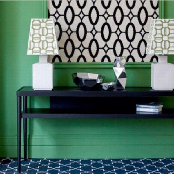 grüner-flur-mit-elementen-in-weiß-und-schwarz- zwei lampen