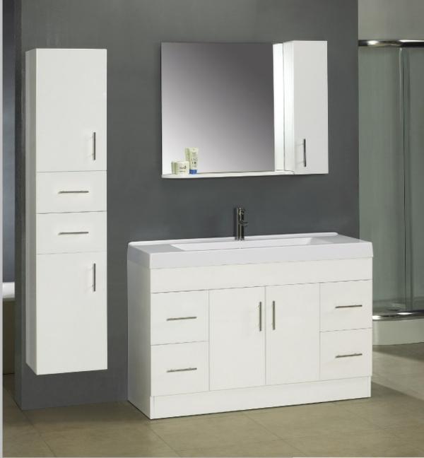 graue-wände-und-badschrank-mit-einem-spiegel- interessante gestaltung