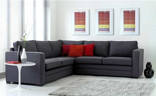 graues-sofa-mit-roten-dekokissen