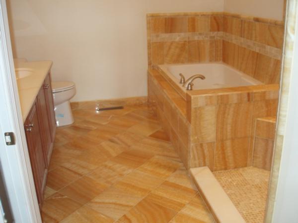 große-fliesen-fürs-badezimmer mit badewanne