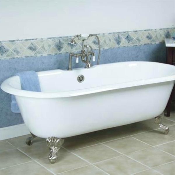 große-freistehende-badewanne- badezimmer gestaltung in weiß und blau