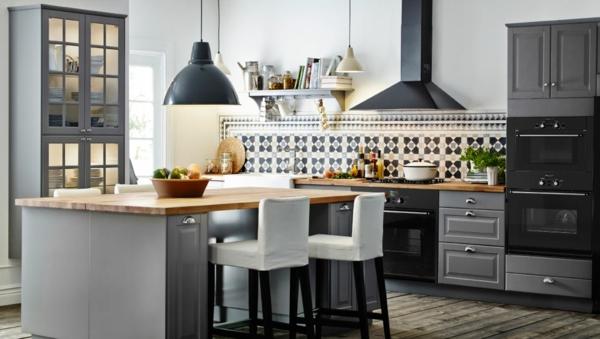 große-küche-graue-farbe- barhocker