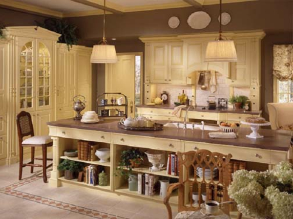 große-kochinsel-in-einer-küche-landhausstil - beige farbgestaltung
