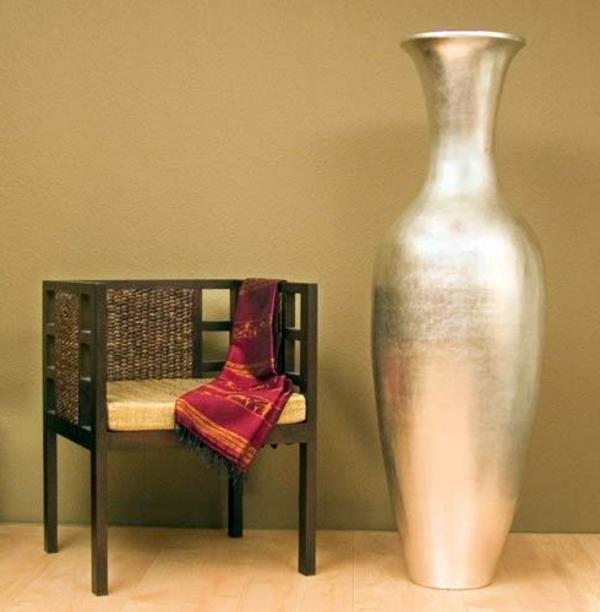 große-silberne-vase und ein schöner stuhl