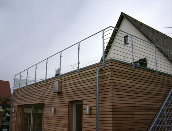 großer-balkon-absturzsicherung- geländer-außenarchitektur