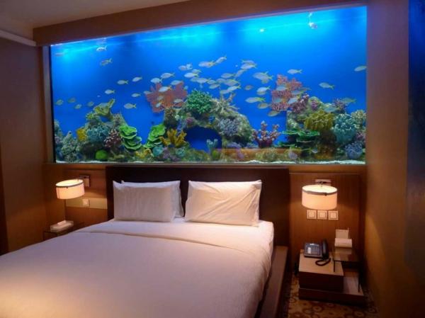 großes-aquarium-salzwasser- im schlafzimmer -hinter dem bett