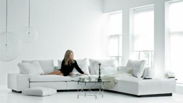 großes-weißes-sofa-eine-frau-sitzt-darauf