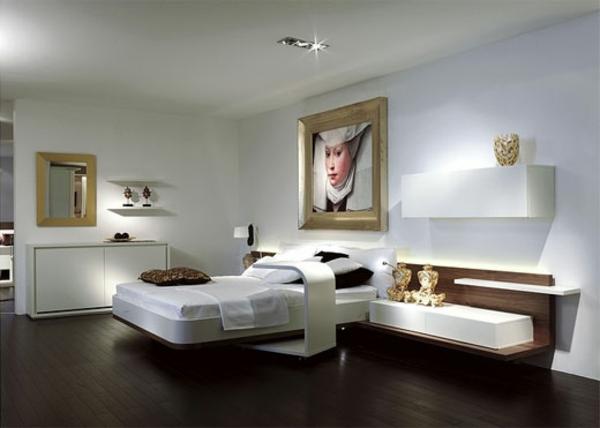 großzügiges-bild-an-der-wand-im-schlafzimmer-mit-weißer-gestaltung- goldener bildrahmen