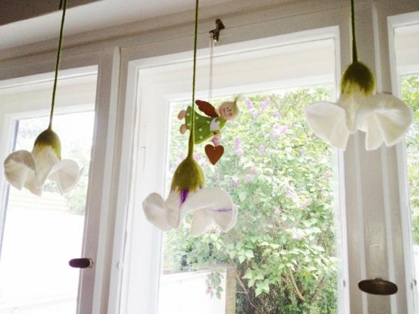 hängende-deko-am-fenster- weiße orchideen