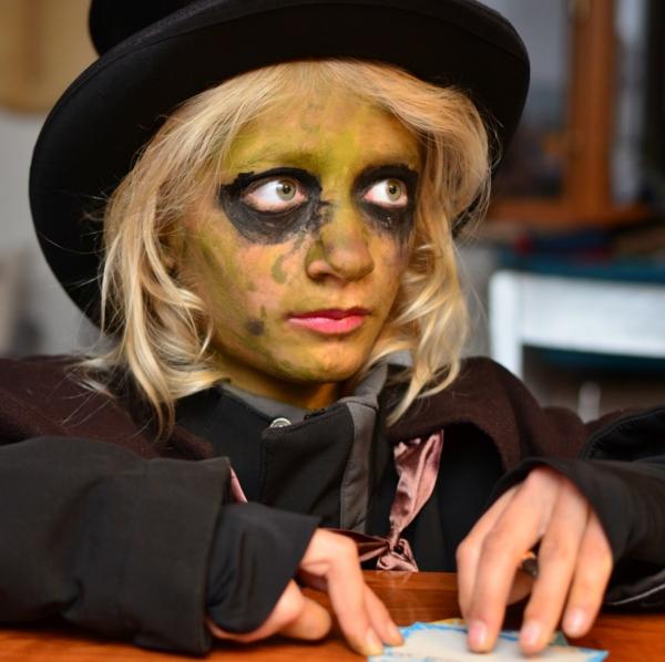 halloween-schminke-zombie-ähneln- blondes mädchen