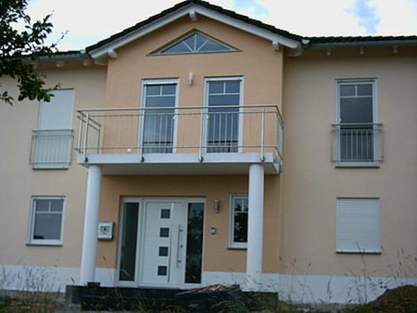 haus-mit-geländer-balkon-herrenhaus