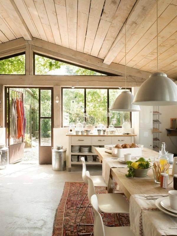 helle-küche-im-französischen-landhausstil- holzbretter