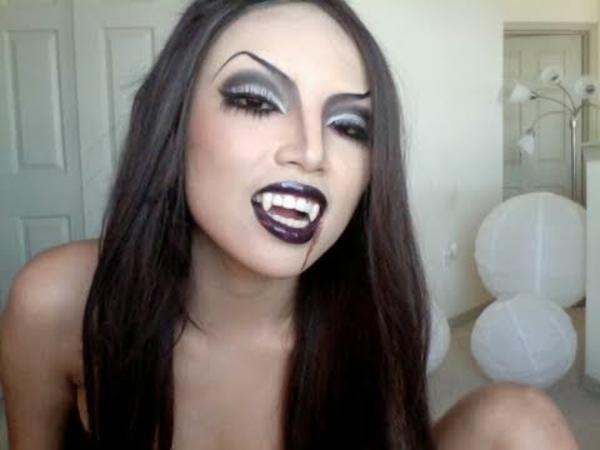 vampirin-schminken-halloween- junge frau mit schwarzen lippen