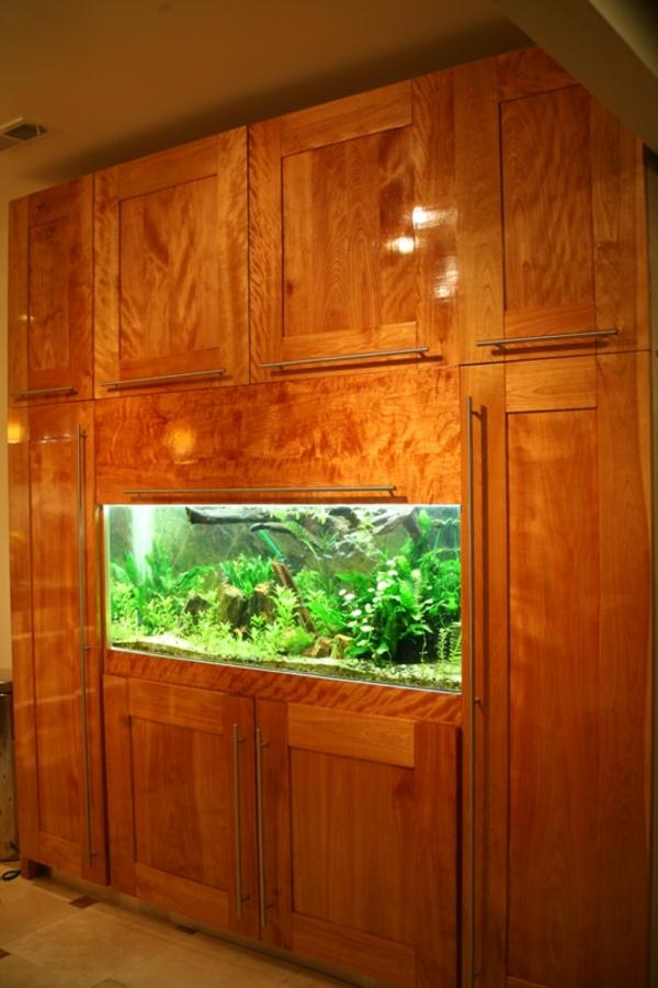 holzschrank-mit-einem-aquarium- eingebaut