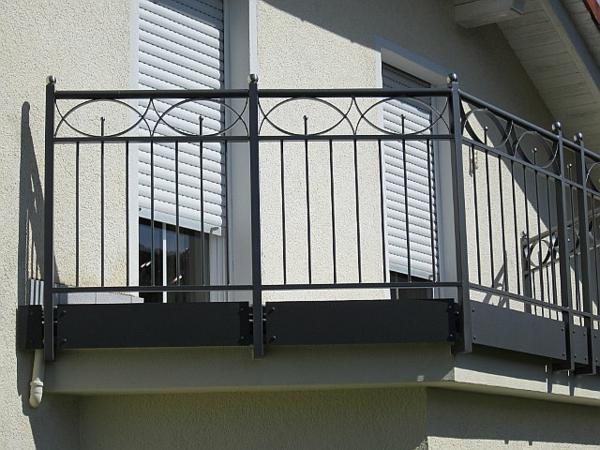 ideen-für-absturzsicherungen-balkon-geländer in schwarz