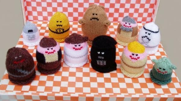 gestrickte vekleidung an eiern - deko idee für ostern
