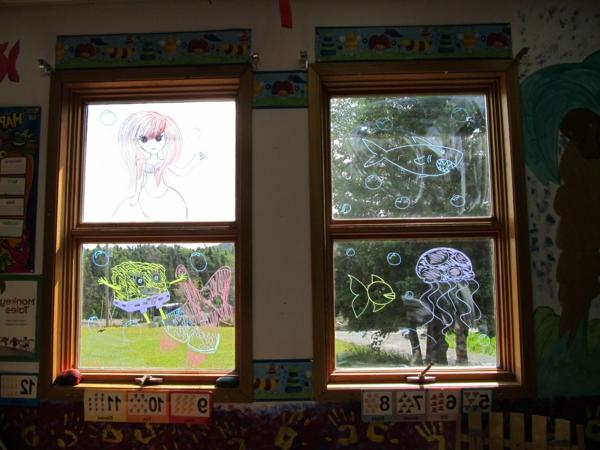 interessante-dekoration-am-fenster- bemalungen von kindern
