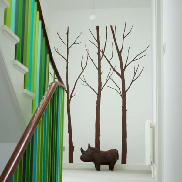 interessante-flurgestaltung-dekoration- grüne-geländer- bäume figuren