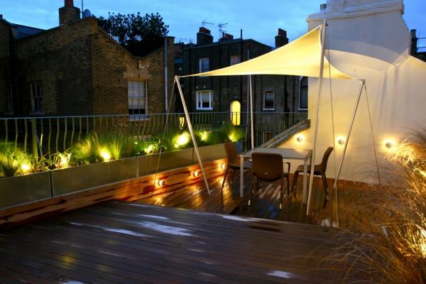 interessante-terrassengestaltung-romantische-beleuchtung- und tisch mit stühlen