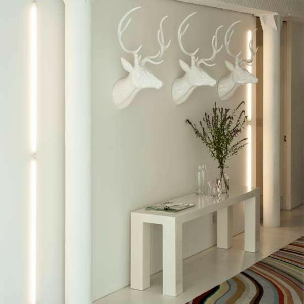 interessante-wohnidee-für-weißen-flur- dekoartikel an die wand aufhängen