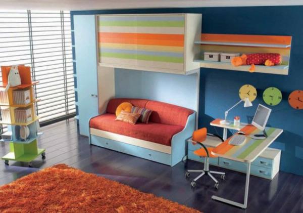 jugendzimmer-mit-einem-sofa- und einem bunten schreibtisch