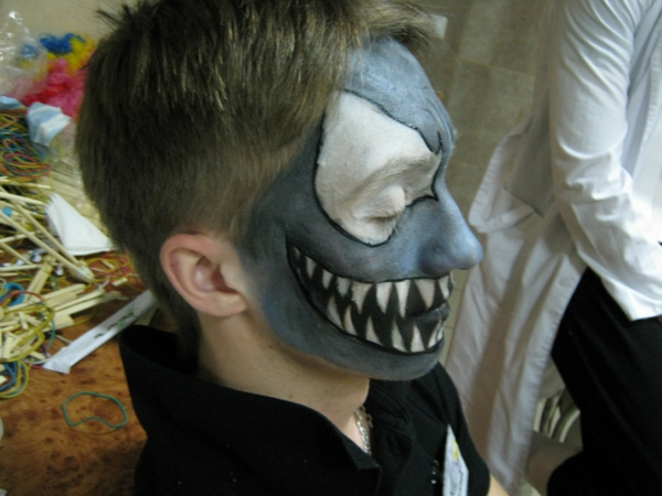 junge-halloween-schminken-hässlich - graue mask