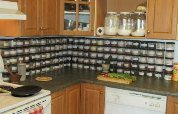 küche-gestalten-praktische anordnung von gewürzen