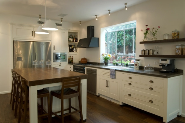 küche-ideen, weiße wandgestaltung und einer holztisch zum essen