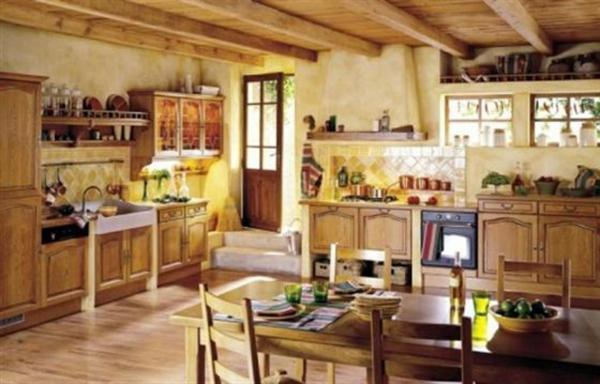 küche-im-französischen-landhausstil- esstisch und vier hölzernen stühlen