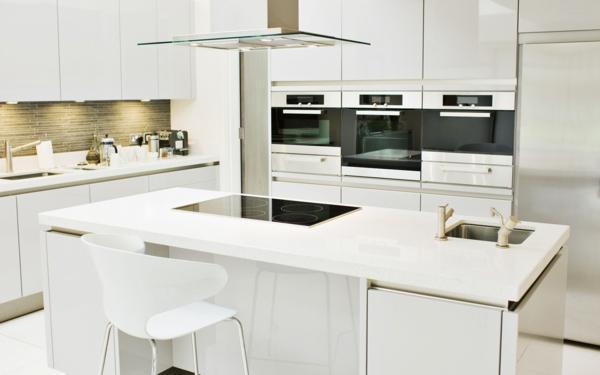 küche-in-weiß-einrichten mit einer schönen kochinsel